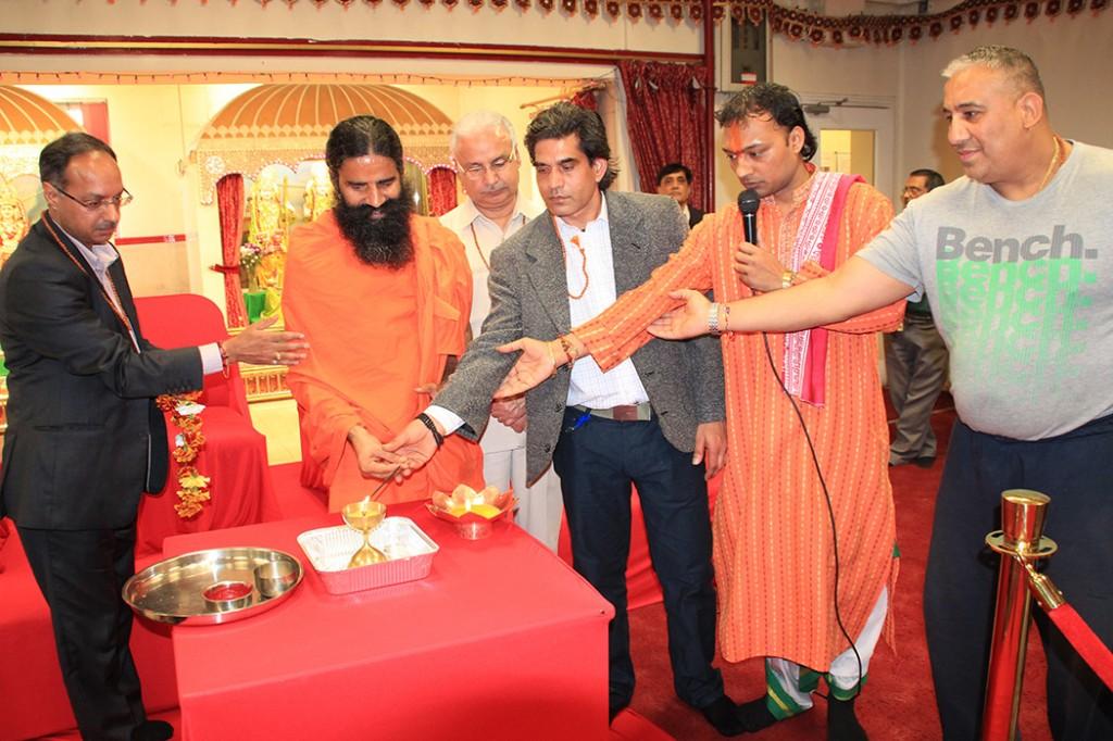 Swami Randevji visits Shree Hindu Temple